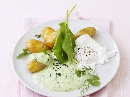 Pochierte Eier mit Kartoffeln und grünem Dip